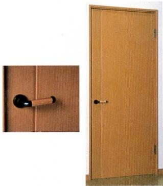 車椅子でも楽に通れるワイドな開口に、大きな木製ハンドルを設置。