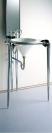 デザイン重視の洗面台を引き立たせるどこまでもシンプルな壁と床。防水などの機能も万全です。