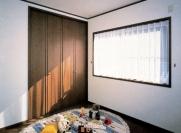 壁面に組み込まれたクローゼットは場所をとらずに収納力抜群の優れもの。