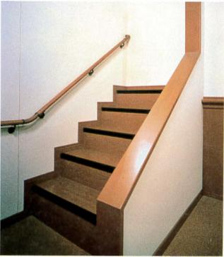 幅員をゆったりとった幅広階段